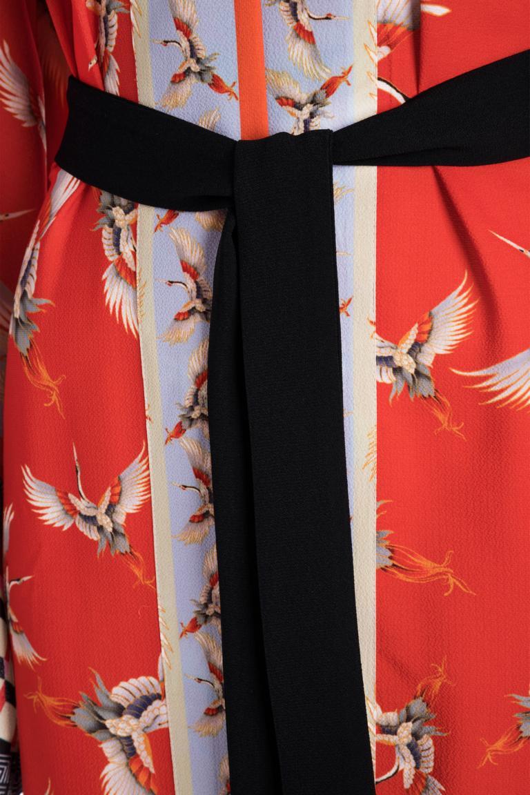 Vorderansicht von Ana Alcazar Kimono Meybel Red  angezogen an Model