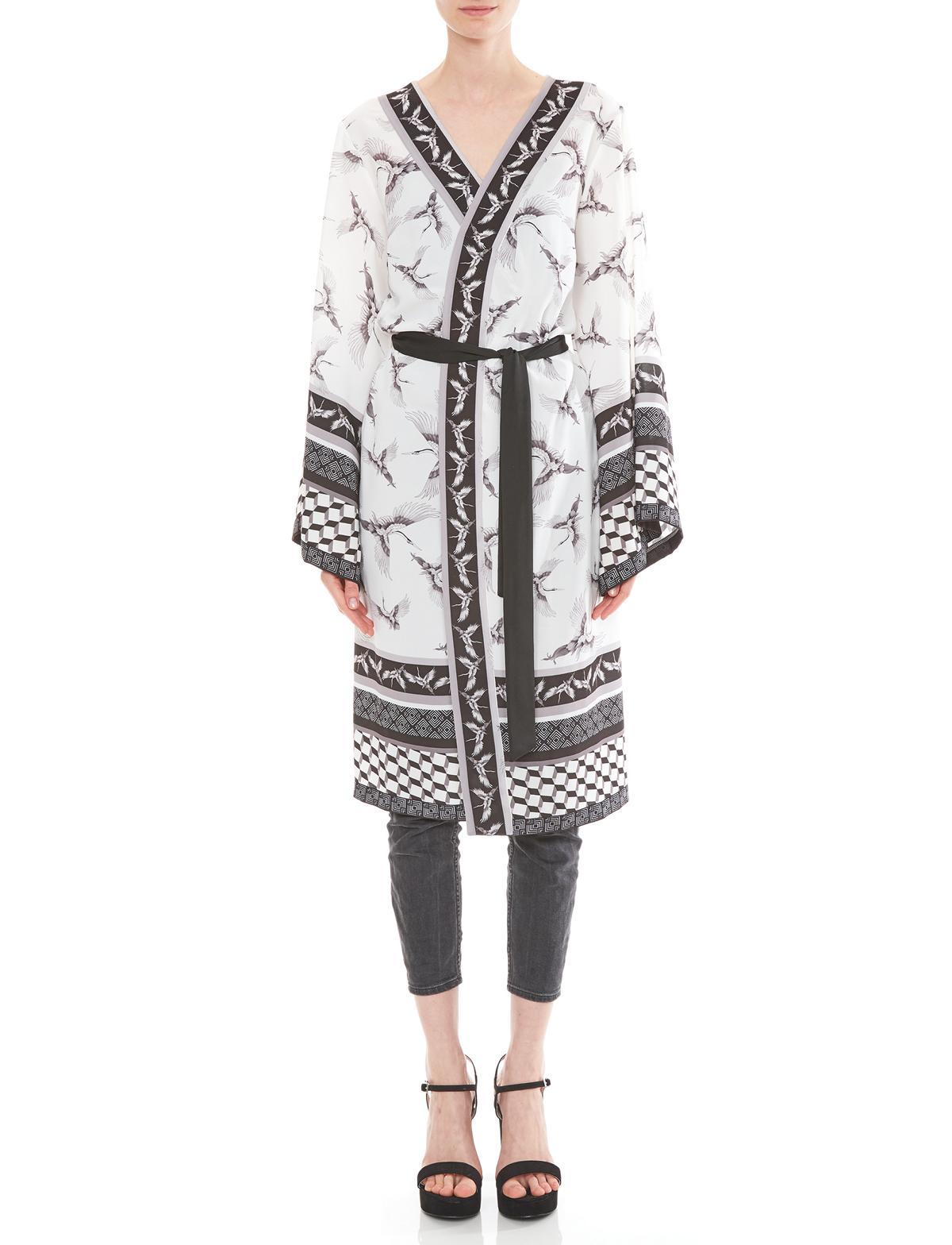 Vorderansicht von Ana Alcazar Kimono Meybel White  angezogen an Model