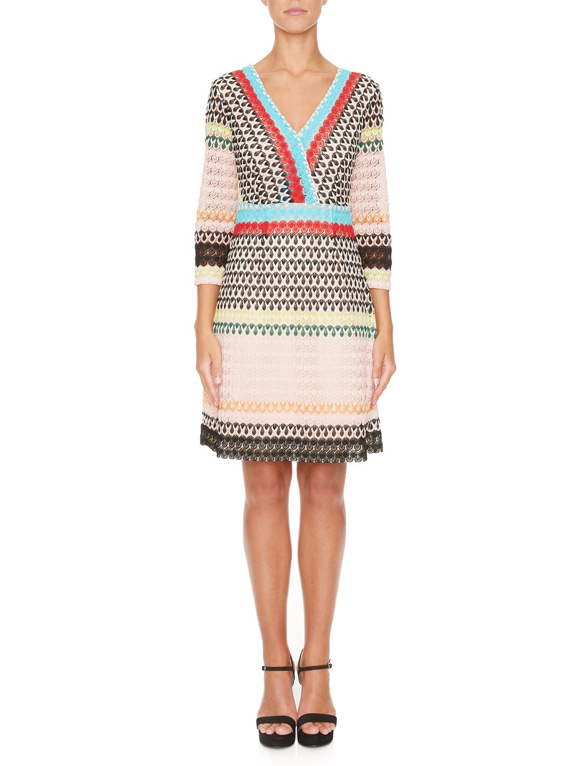 Vorderansicht von Ana Alcazar Empire Kleid Mimikena  angezogen an Model