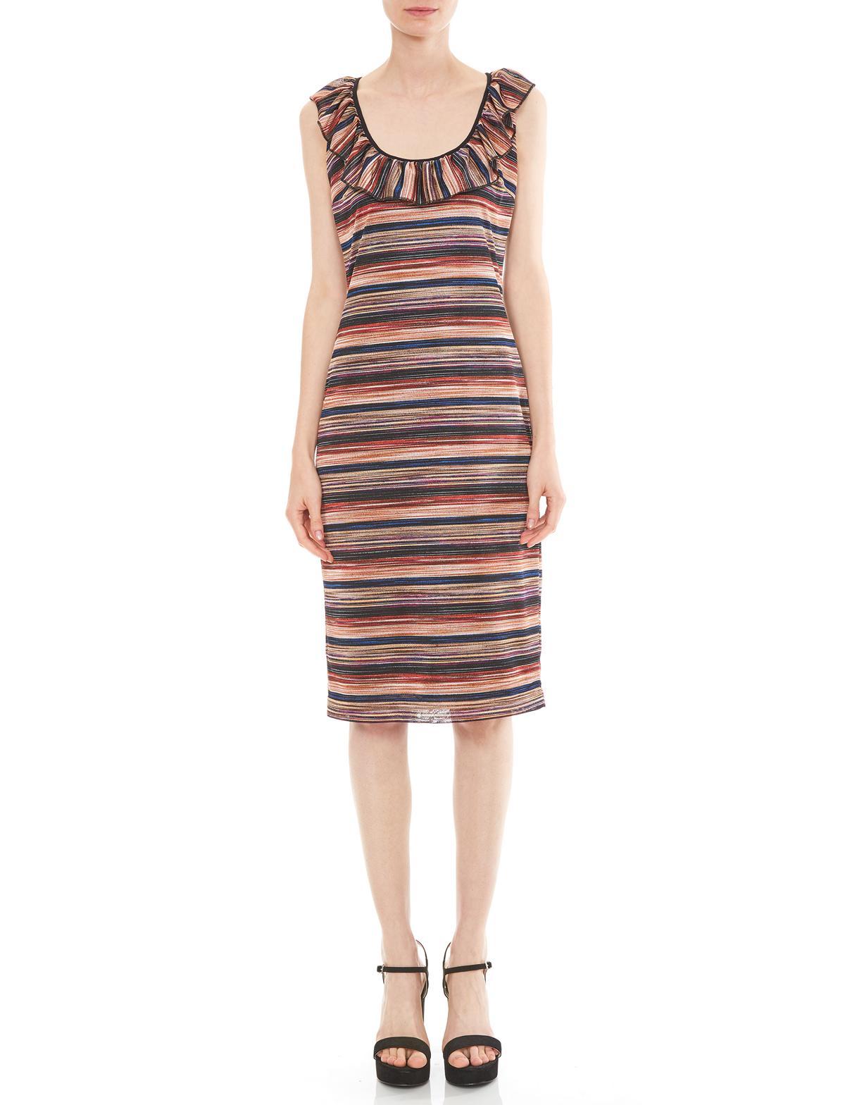 Vorderansicht von Ana Alcazar Rüschenkleid Maryolea  angezogen an Model
