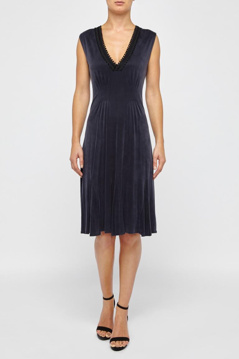 Vorderansicht von Ana Alcazar Tailliertes Kleid  angezogen an Model
