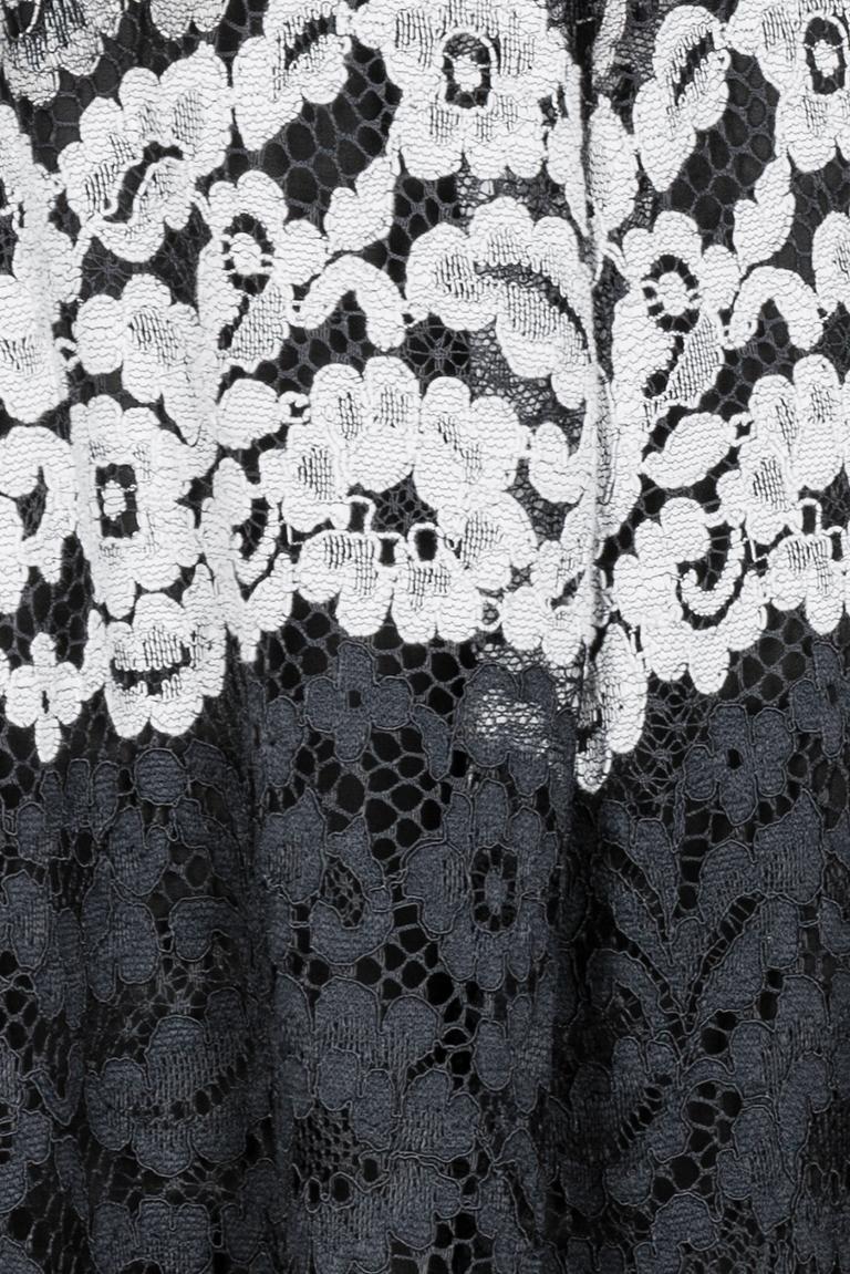 Vorderansicht von Ana Alcazar Spitzenrock Black Flaconea  angezogen an Model