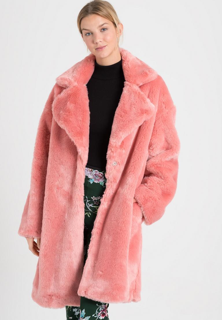 Vorderansicht von Ana Alcazar Fake Fur Mantel Oriani Rose  angezogen an Model
