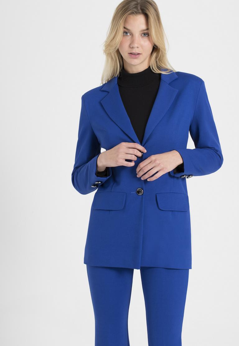 Vorderansicht von Ana Alcazar Blazer Onide Blau  angezogen an Model