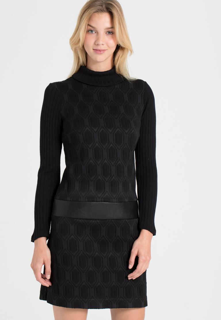 Vorderansicht von Ana Alcazar Sixties Kleid Omkaya Schwarz  angezogen an Model
