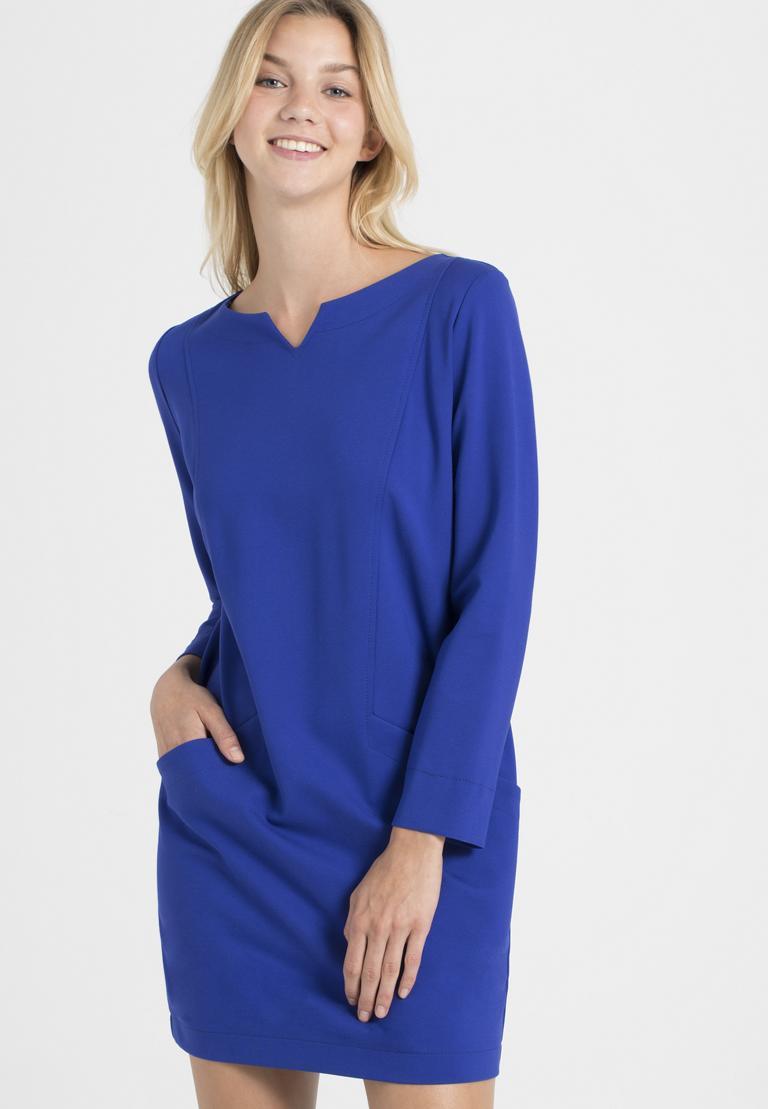 Vorderansicht von Ana Alcazar Kleid mit Taschen Ozorea Blau  angezogen an Model