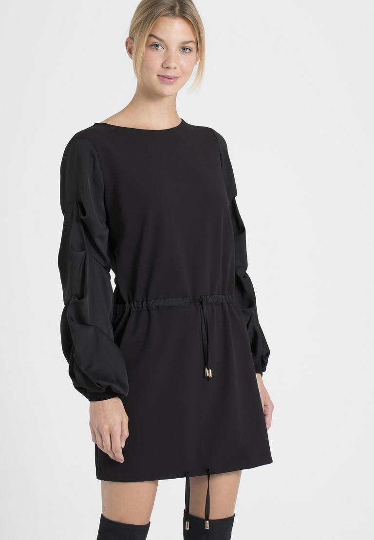 Vorderansicht von Ana Alcazar Ärmel Kleid Palara  angezogen an Model