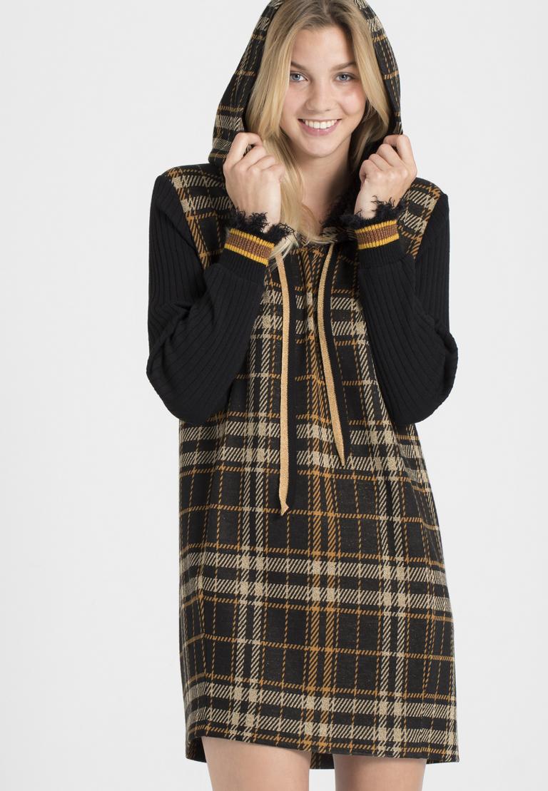 Vorderansicht von Ana Alcazar Hoody Kleid Posea  angezogen an Model