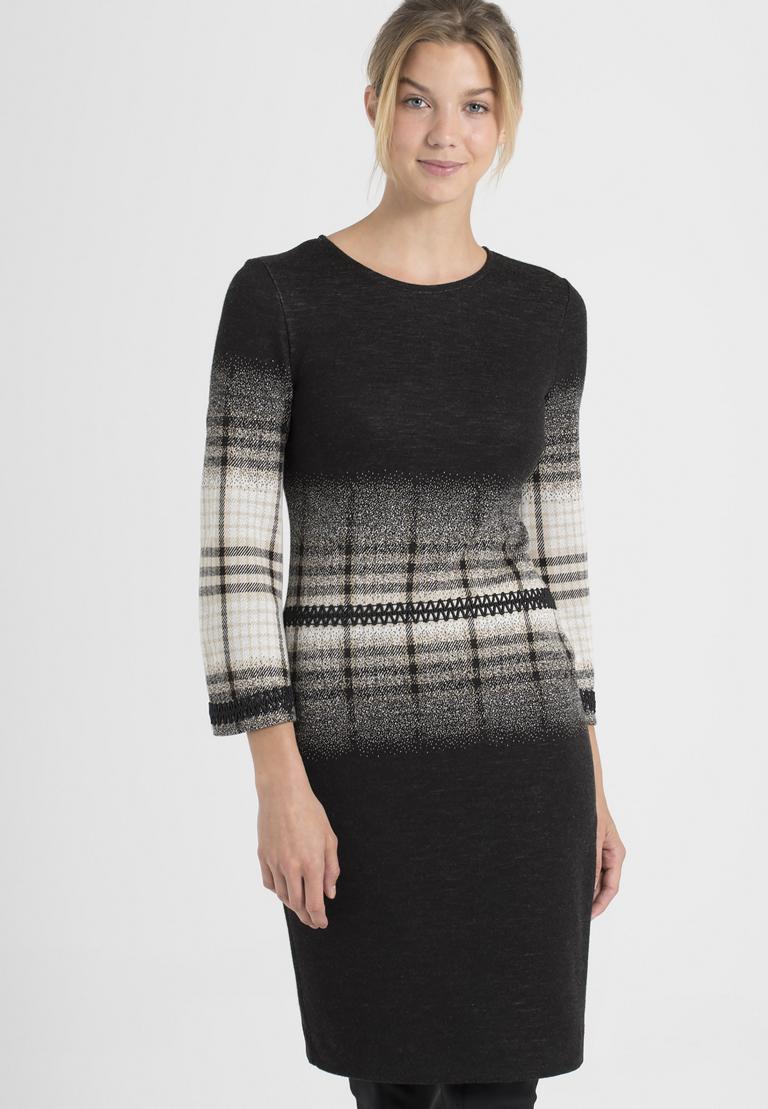 Vorderansicht von Ana Alcazar Langarm-Kleid Paranda  angezogen an Model