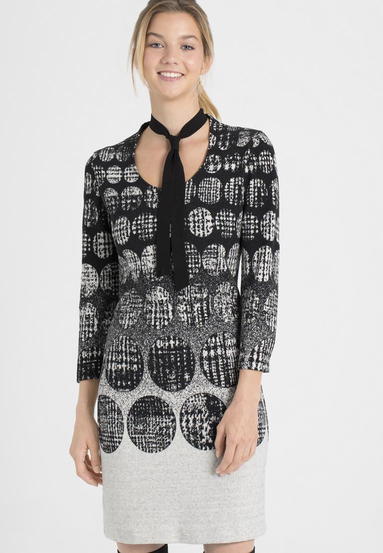 Vorderansicht von Ana Alcazar Schluppen Kleid Petresy  angezogen an Model