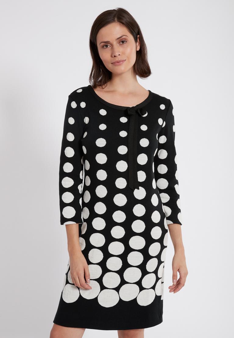 Vorderansicht von Ana Alcazar Schleifen Kleid Peika Schwarz-Weiß  angezogen an Model