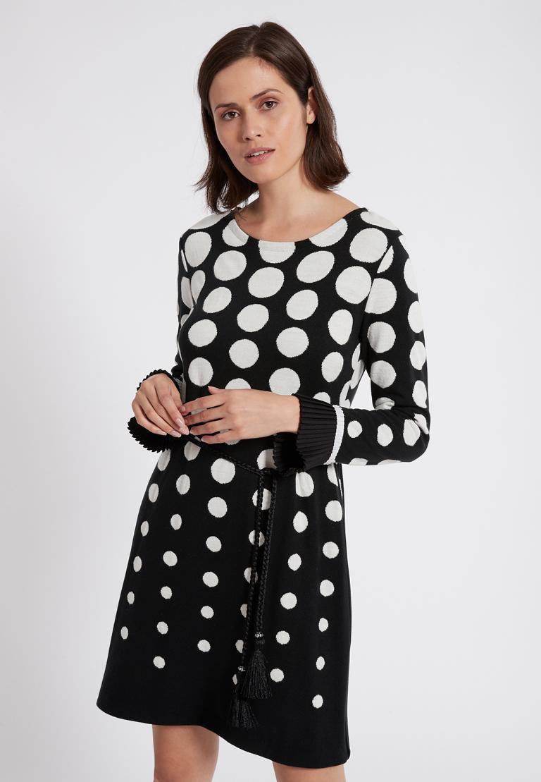 Vorderansicht von Ana Alcazar Langarm-Kleid Priya Schwarz-Weiß  angezogen an Model