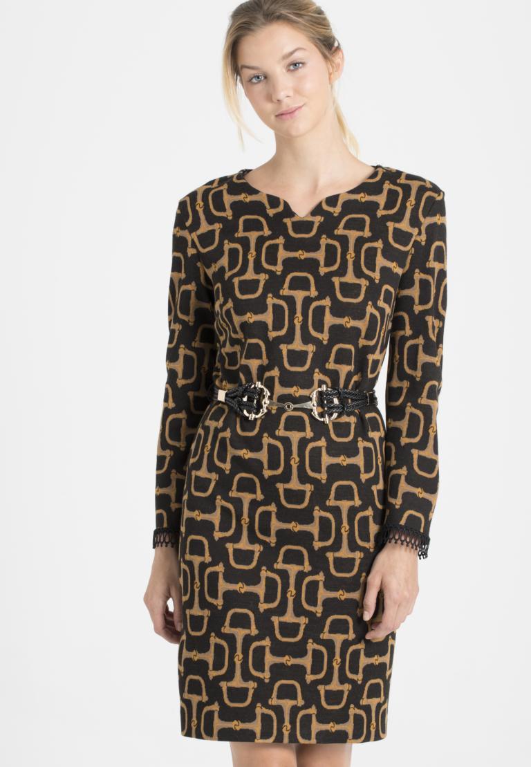 Vorderansicht von Ana Alcazar Kleid mit Gürtel Petonna  angezogen an Model