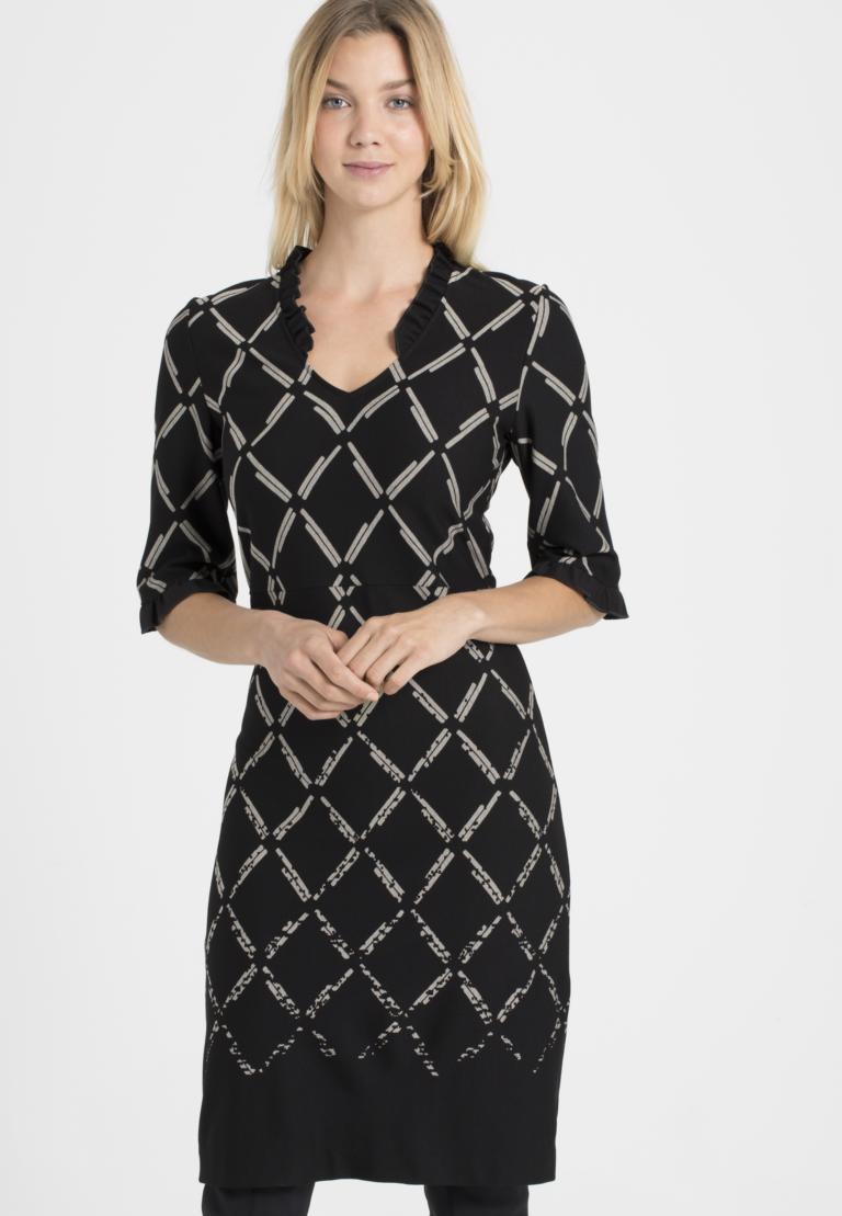 Vorderansicht von Ana Alcazar V-Ausschnitt Kleid Pranara Schwarz-Weiß  angezogen an Model
