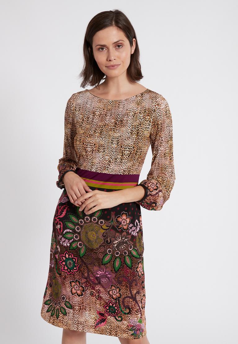 Vorderansicht von Ana Alcazar Langarm-Kleid Phadary  angezogen an Model
