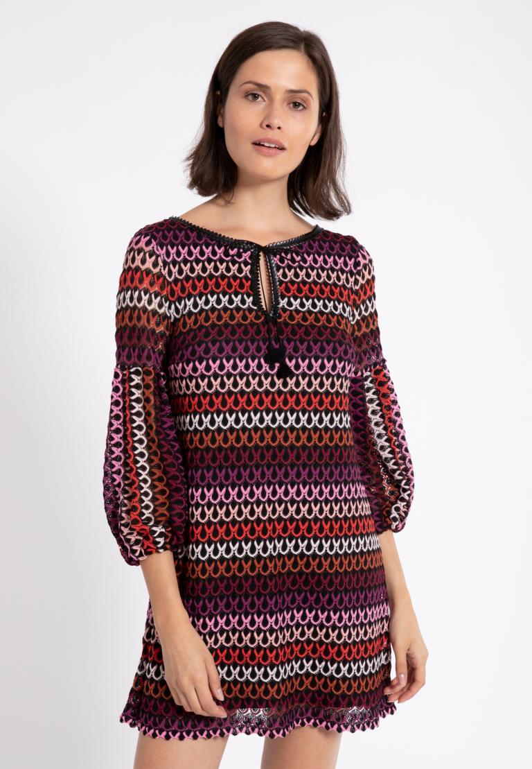 Vorderansicht von Ana Alcazar Ballon-Arm Kleid Plyre Bordeaux  angezogen an Model