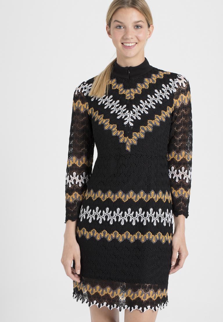 Vorderansicht von Ana Alcazar Asymmetrisches Kleid Posira Schwarz  angezogen an Model