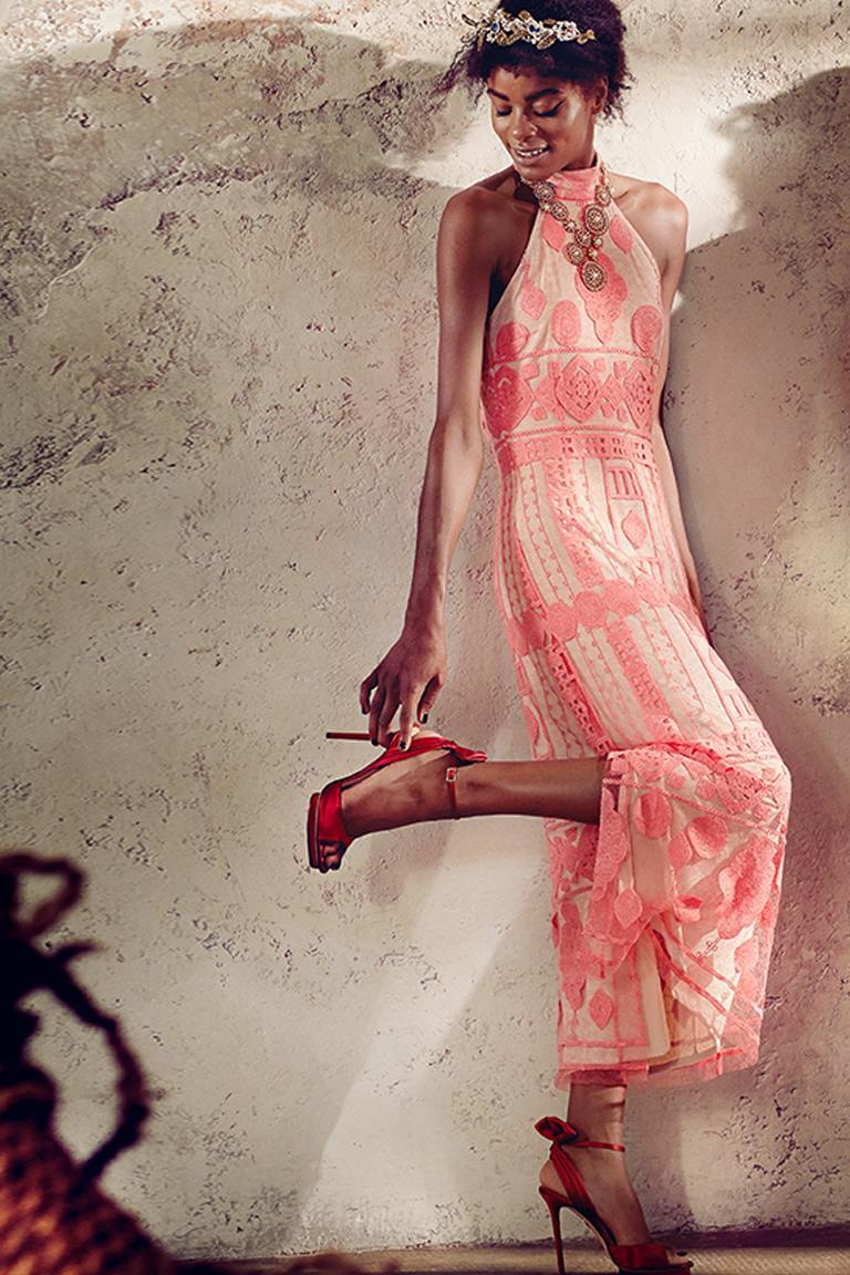 Rückansicht von Ana Alcazar Maxikleid Rose Falicitea  angezogen an Model