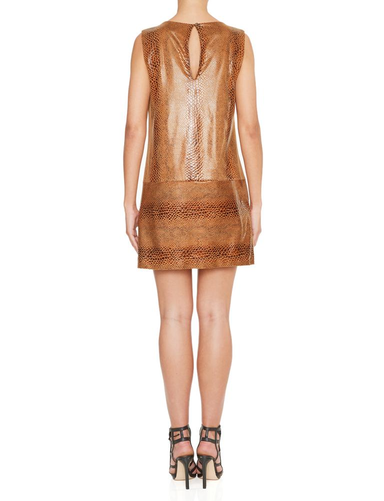 Rückansicht von Ana Alcazar A-Linien Kleid Korana Brown  angezogen an Model