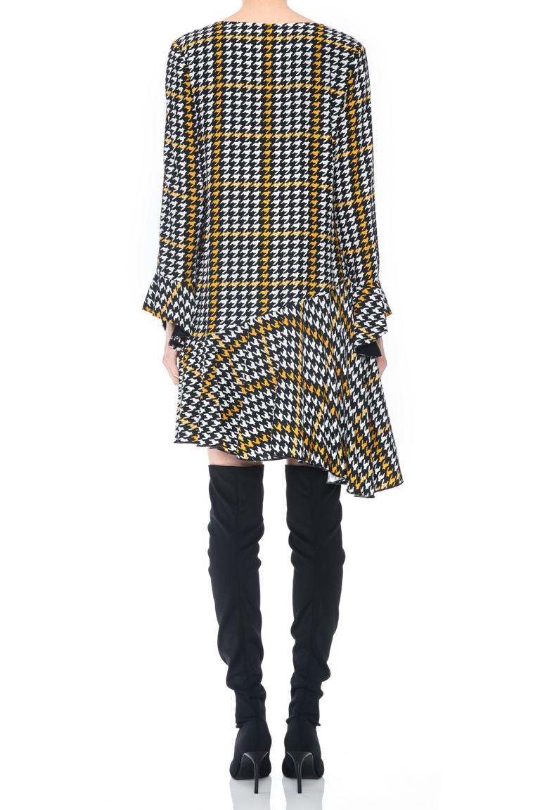 Rückansicht von Ana Alcazar Limited Asymmetrisches Kleid Omaiza  angezogen an Model