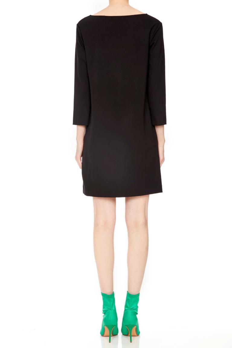 Rückansicht von Ana Alcazar Lurex Kleid Penela  angezogen an Model