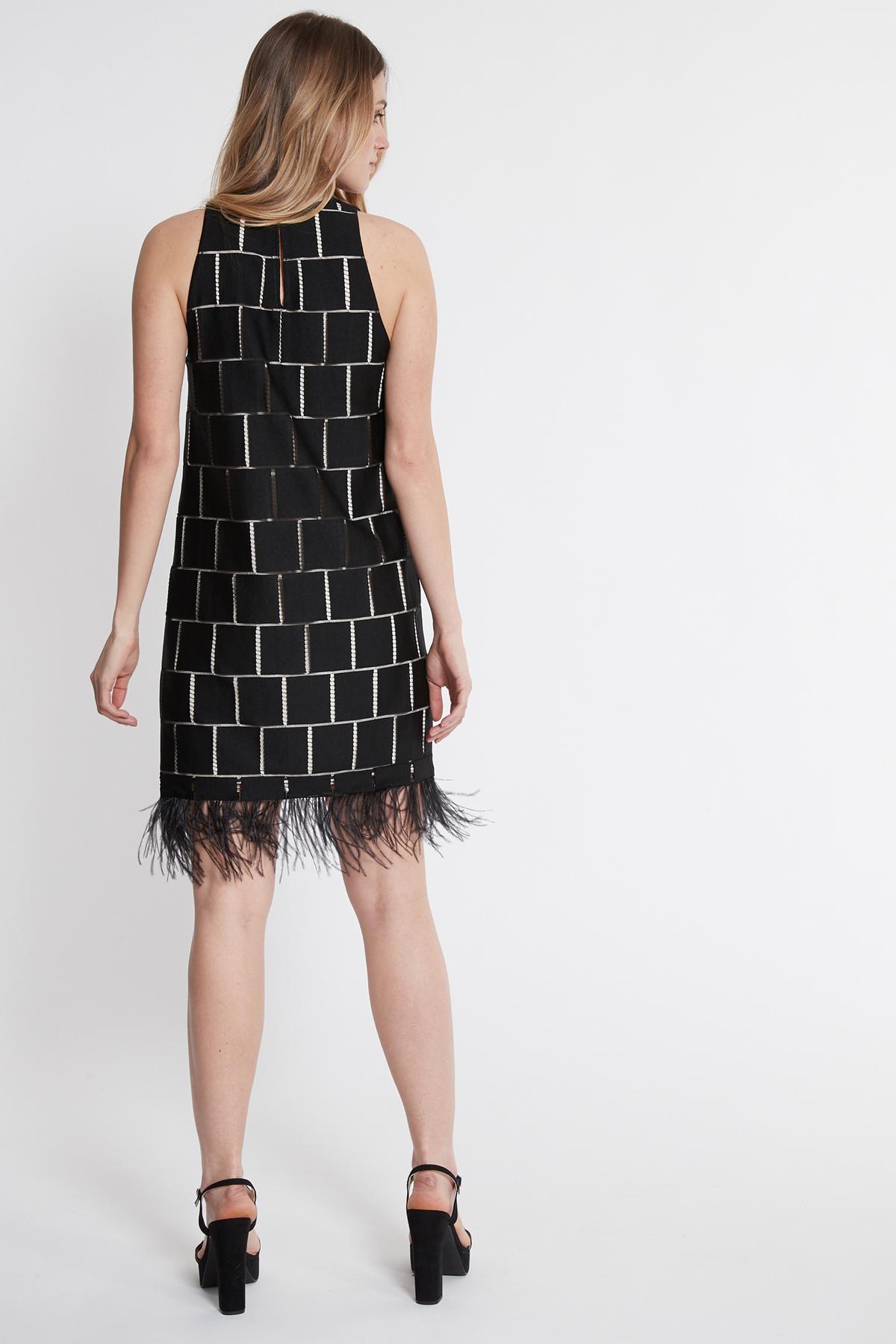 Achteraanzicht van Ana Alcazar Veer Jurk Samany Wit  gedragen per model