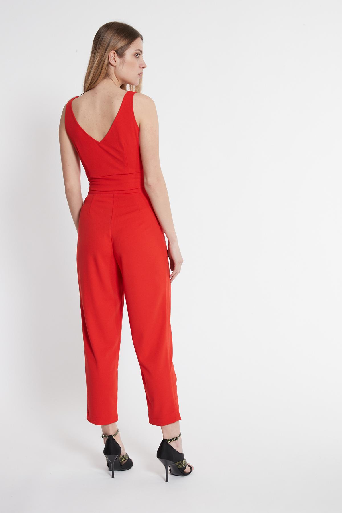 Rückansicht von Ana Alcazar V-Top Saxose Rot  angezogen an Model