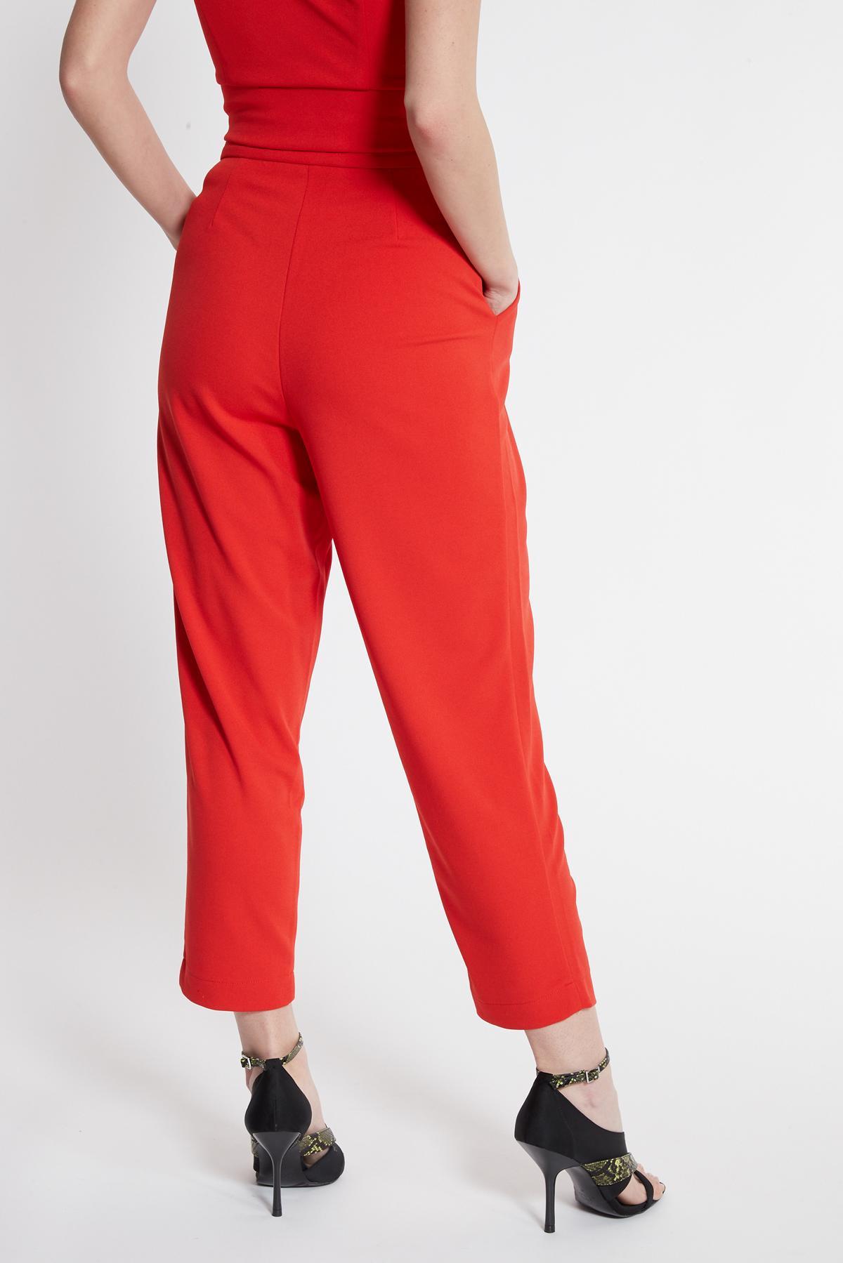 Rückansicht von Ana Alcazar Cropped Hose Seadone Rot  angezogen an Model