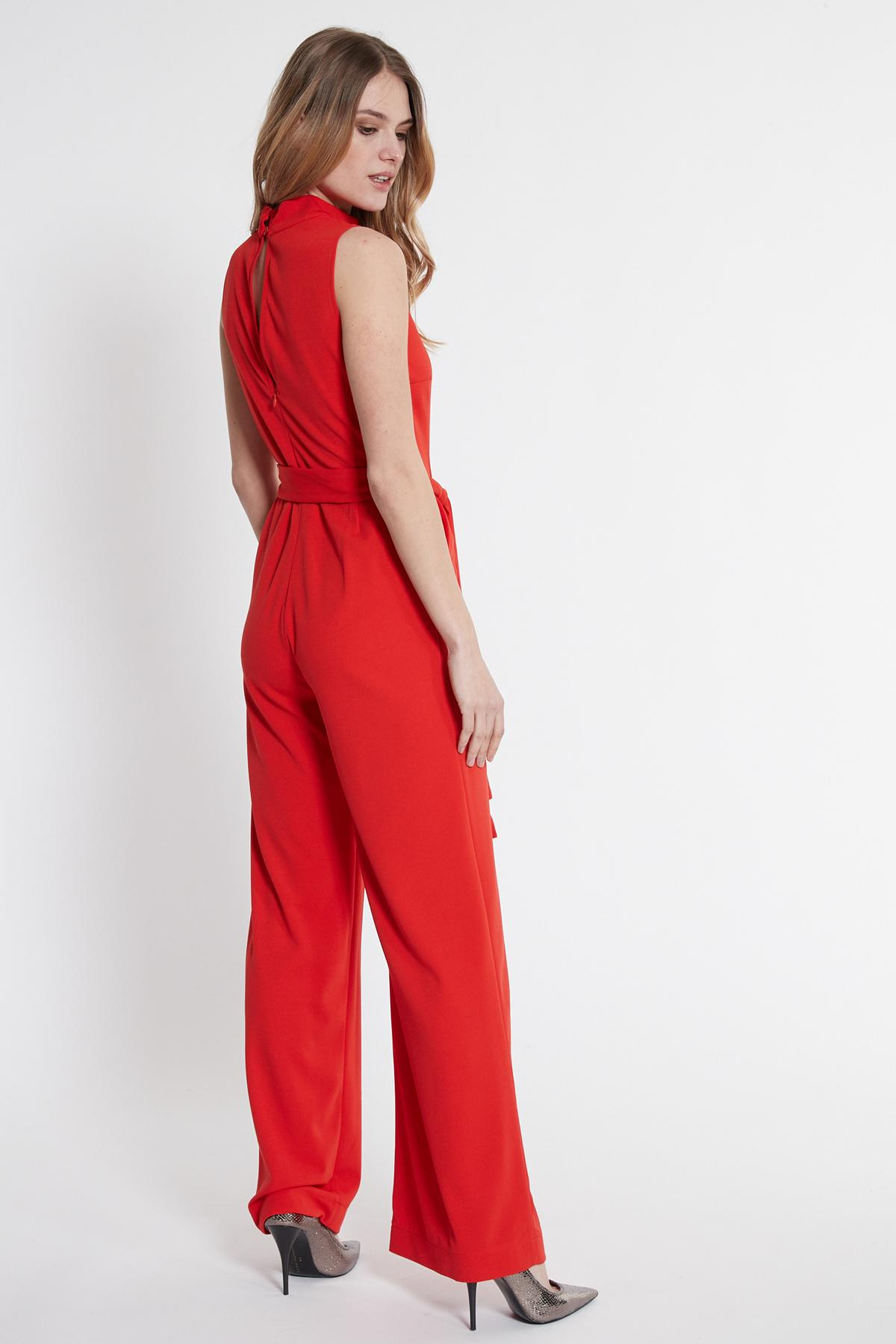 Rückansicht von Ana Alcazar Jumpsuit Sawaris Rot  angezogen an Model