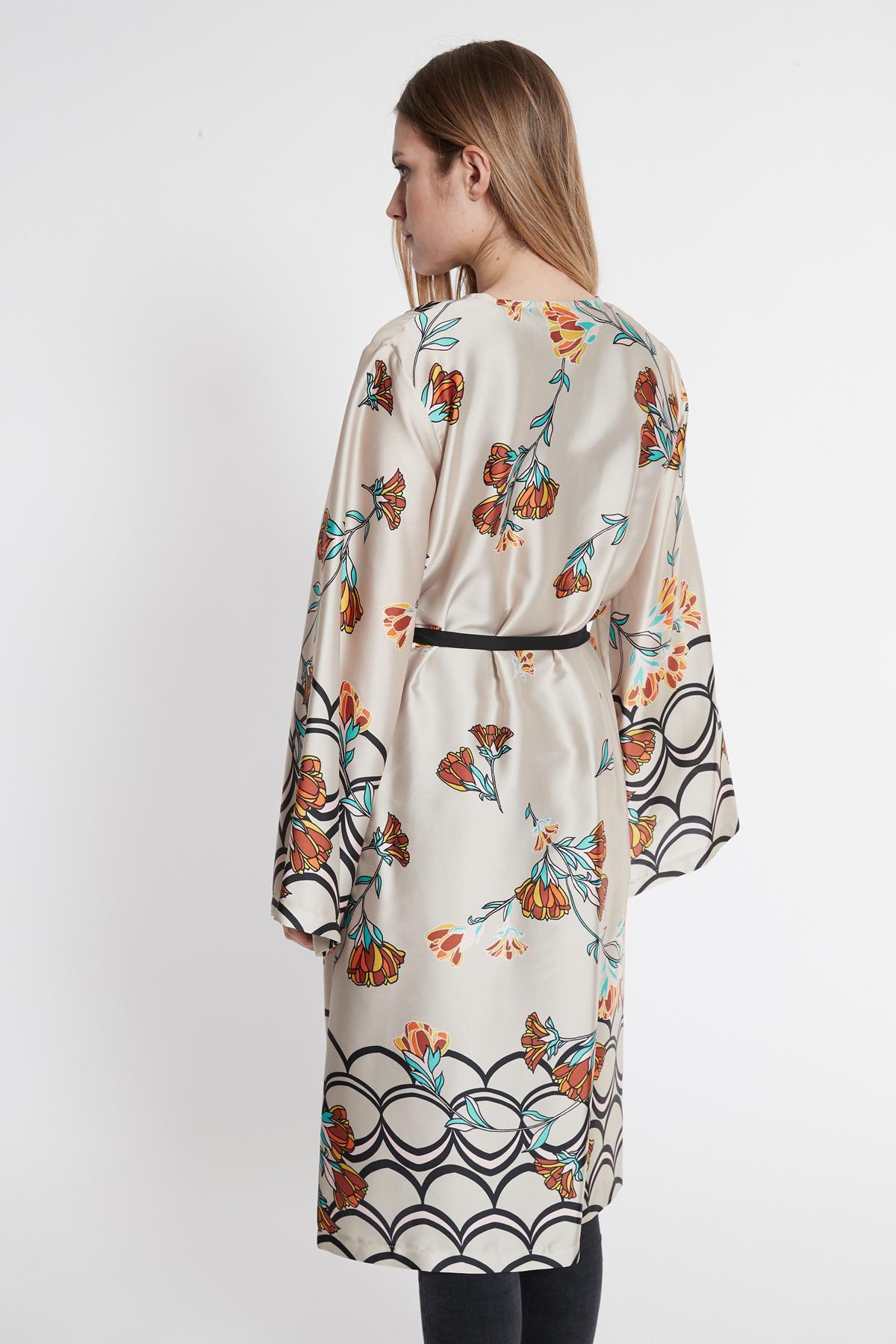 Rückansicht von Ana Alcazar Kimono Sefomea Beige  angezogen an Model