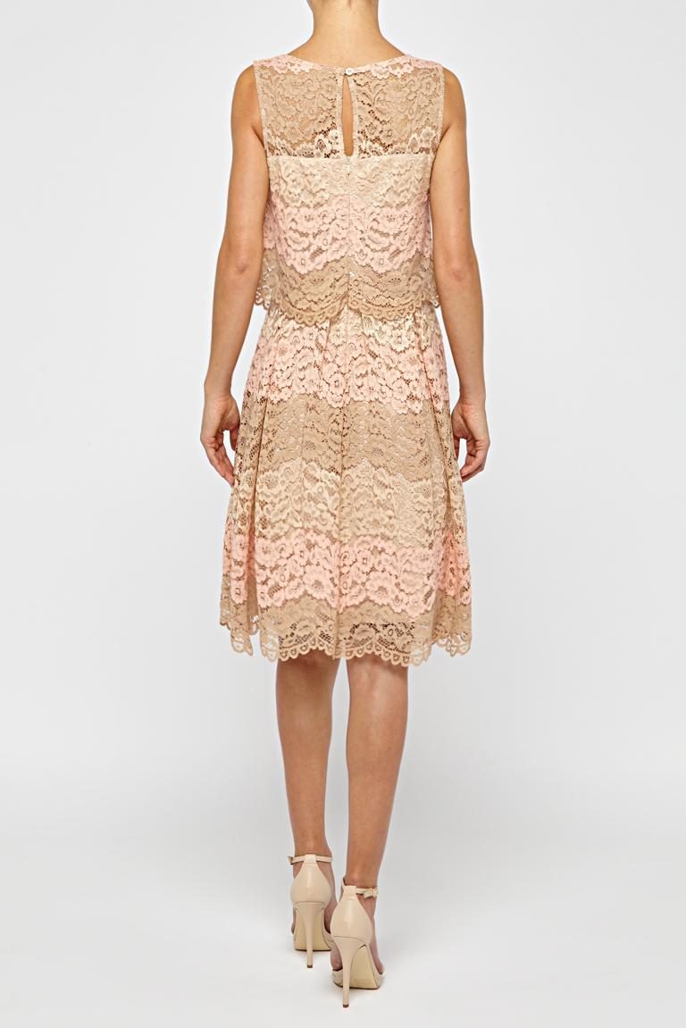 Rückansicht von Ana Alcazar Prinzess Kleid Rose Flaconis  angezogen an Model