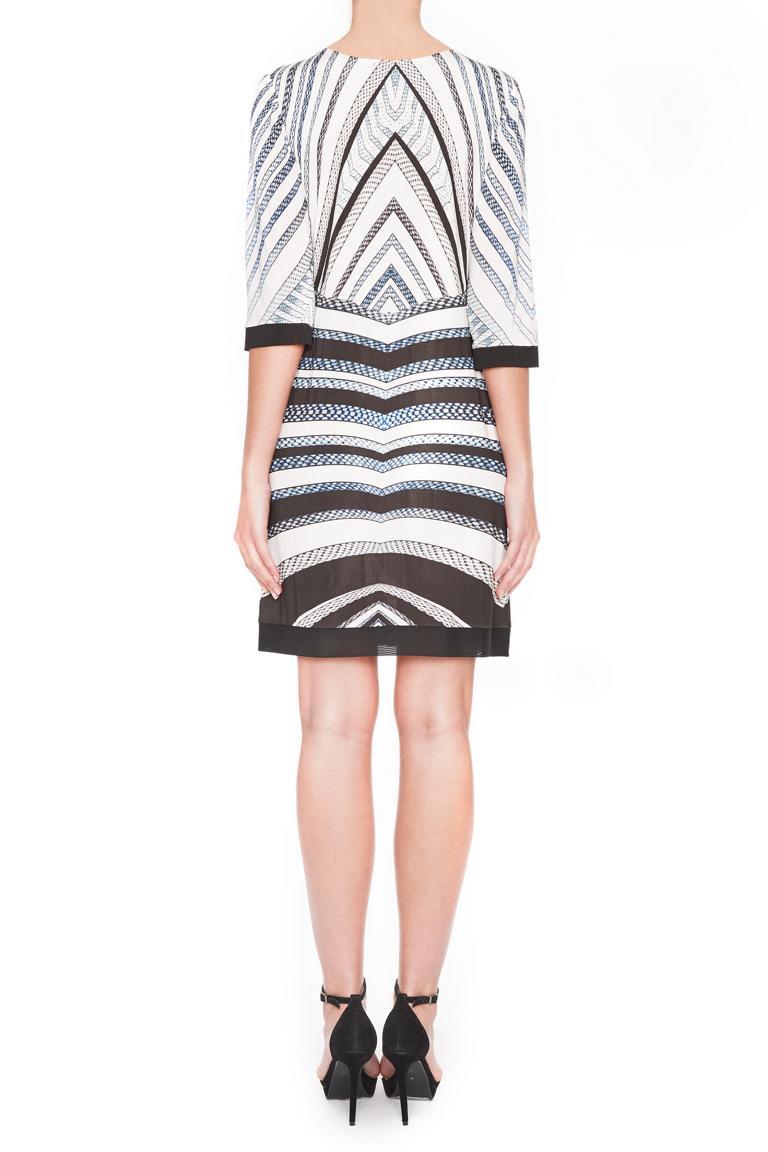 Rückansicht von Ana Alcazar Grafisches Kleid Gluesty  angezogen an Model