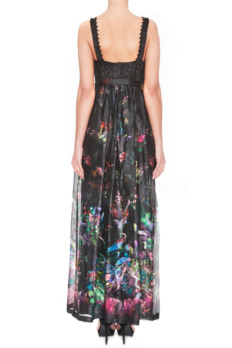 Rückansicht von Ana Alcazar Langes Seidenkleid Ginny  angezogen an Model