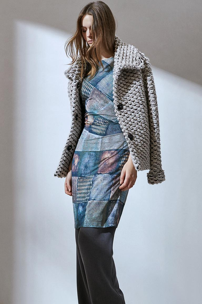 Rückansicht von Ana Alcazar Printkleid Destona  angezogen an Model