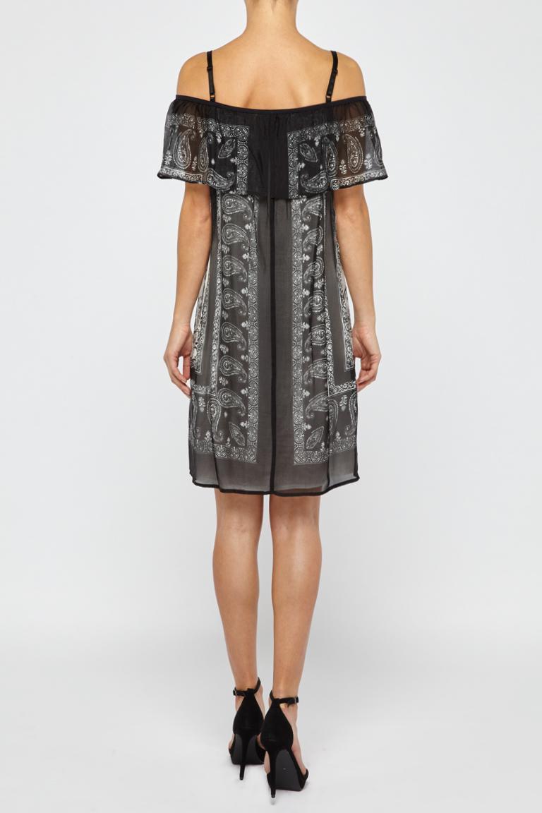 Rückansicht von Ana Alcazar Off-Shoulder Kleid Fyadora  angezogen an Model