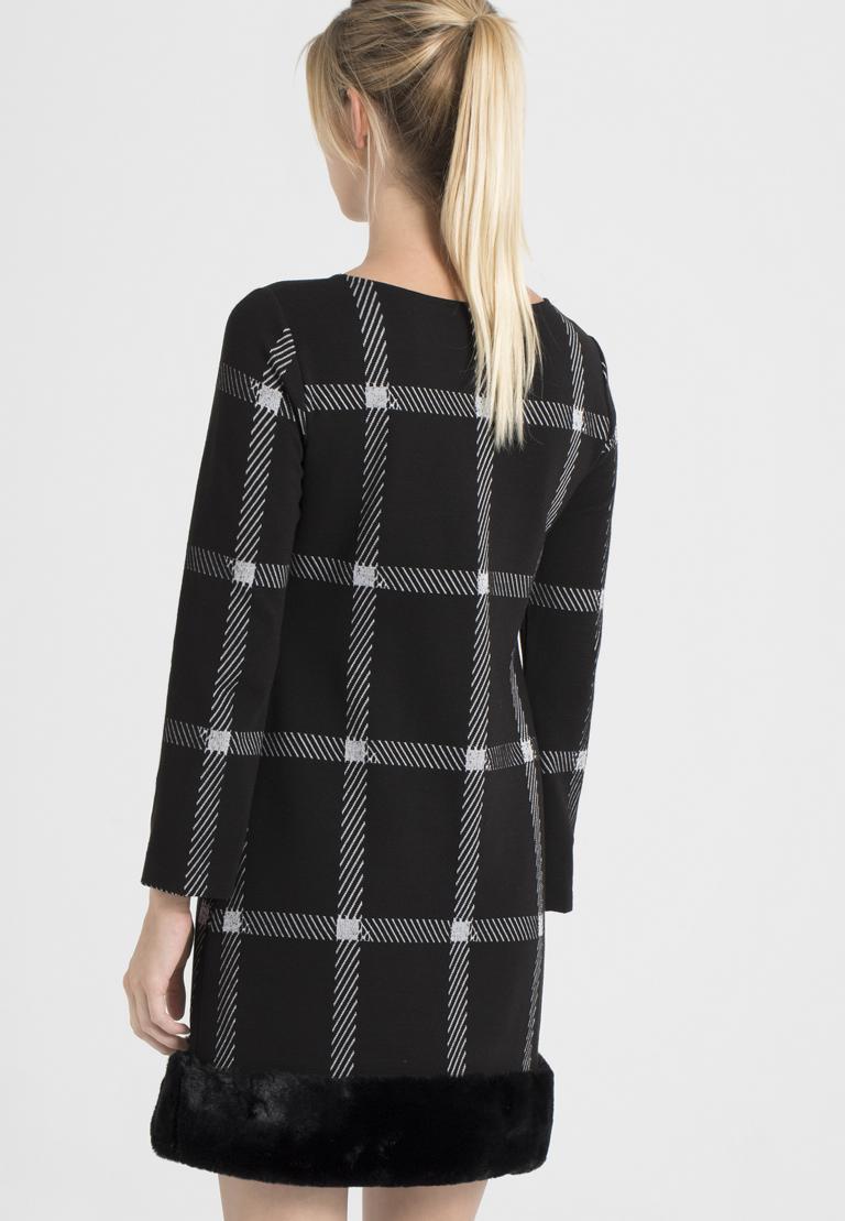 Rückansicht von Ana Alcazar Fake Fur Kleid Pramia Schwarz  angezogen an Model