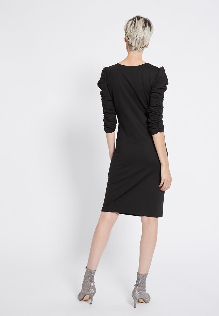 Rückansicht von Ana Alcazar Night-Out Kleid Resy  angezogen an Model
