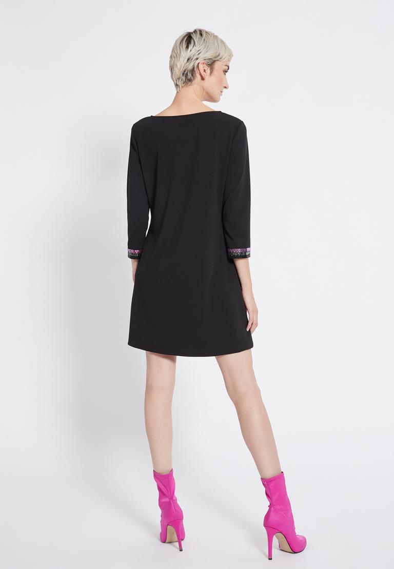 Rückansicht von Ana Alcazar Pailletten Kleid Riva  angezogen an Model