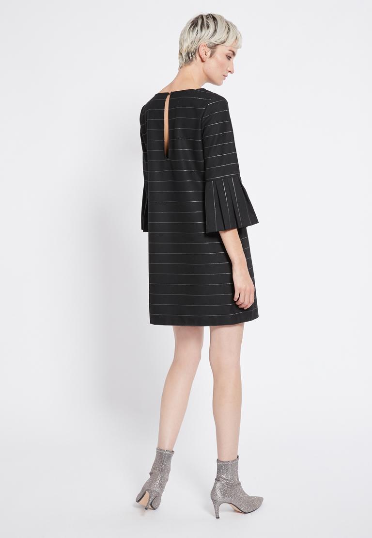 Rückansicht von Ana Alcazar Volantärmel Kleid Rona  angezogen an Model