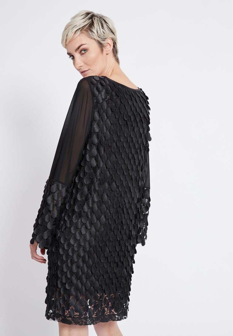 Rückansicht von Ana Alcazar Langarm Kleid Rikyas  angezogen an Model