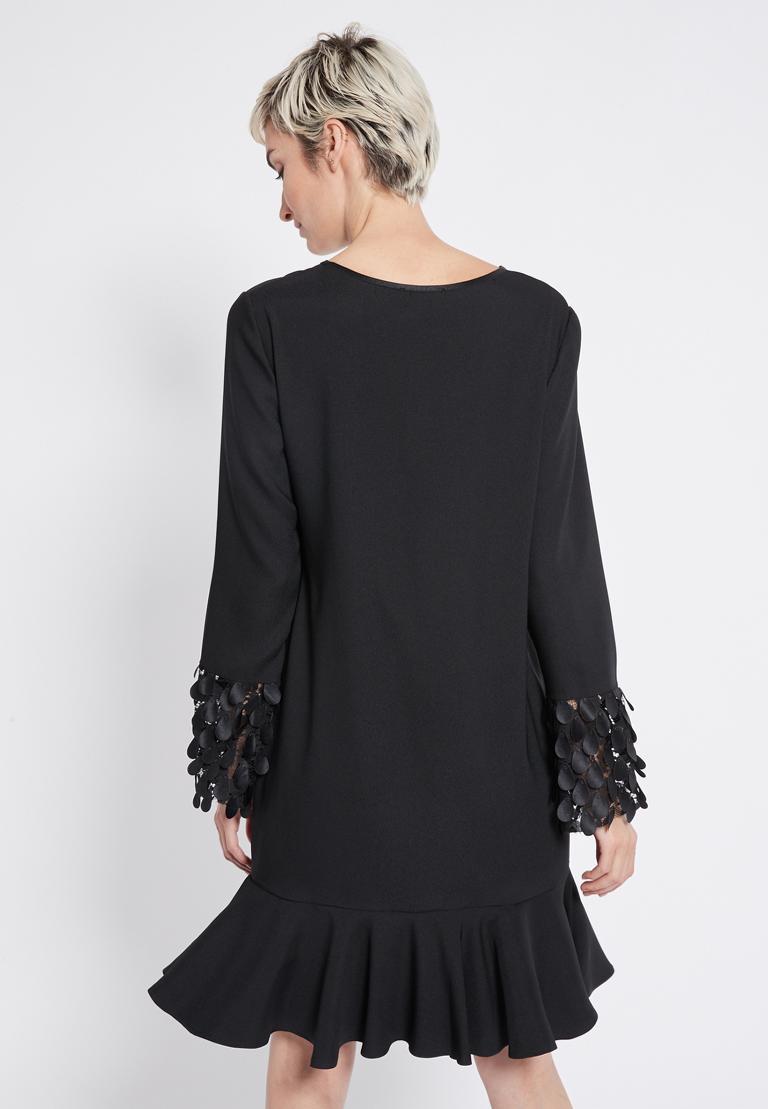 Rückansicht von Ana Alcazar Volant Kleid Rikea  angezogen an Model