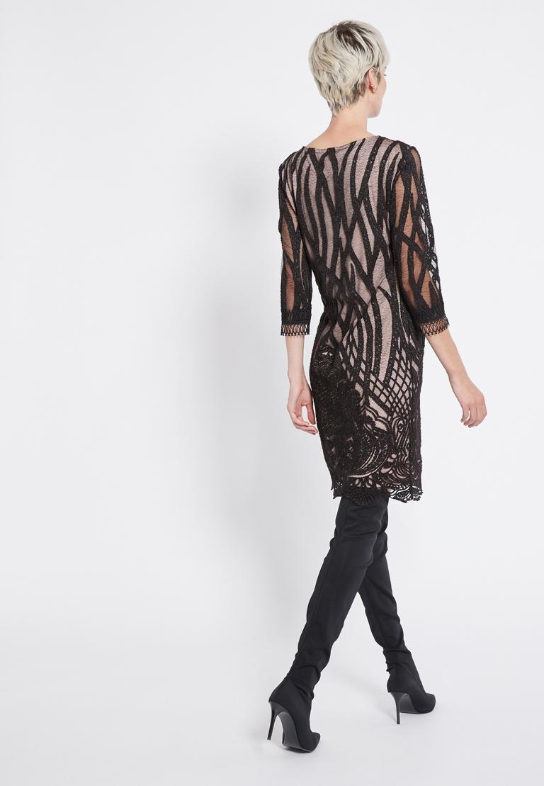 Rückansicht von Ana Alcazar Spitzen Kleid  Ranjea  angezogen an Model