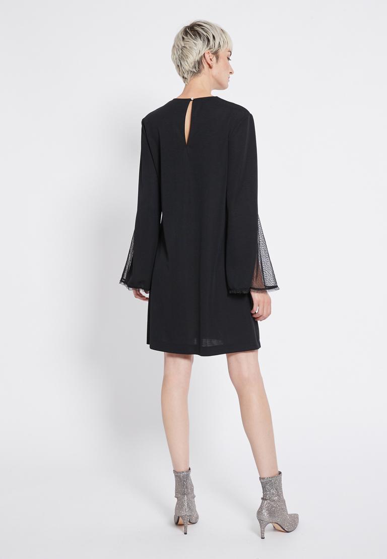 Rückansicht von Ana Alcazar Perlen Kleid Revitys  angezogen an Model