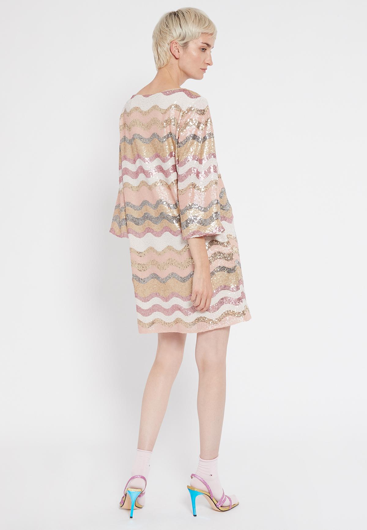 Rückansicht von Ana Alcazar Overszize Kleid Sabylea  angezogen an Model