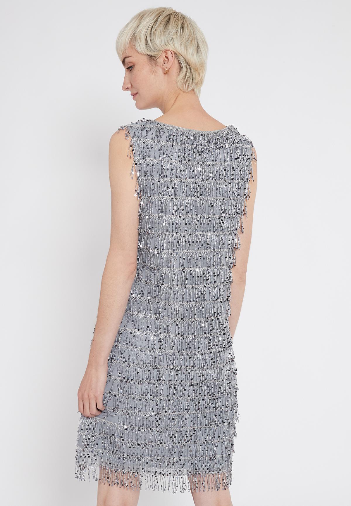 Rückansicht von Ana Alcazar Charleston Kleid Sacila  angezogen an Model