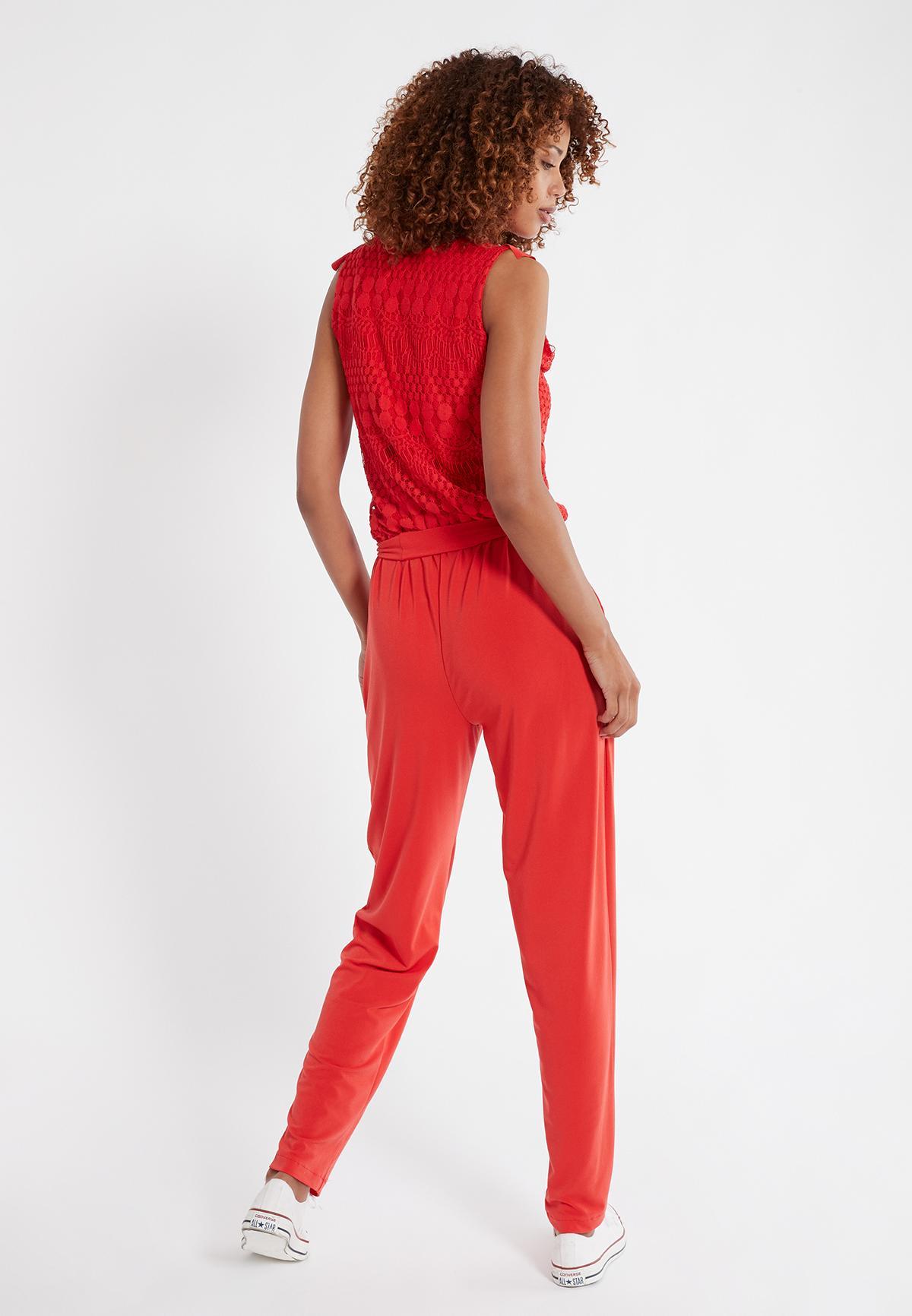 Rückansicht von Ana Alcazar Jumpsuit Saoty Rot  angezogen an Model