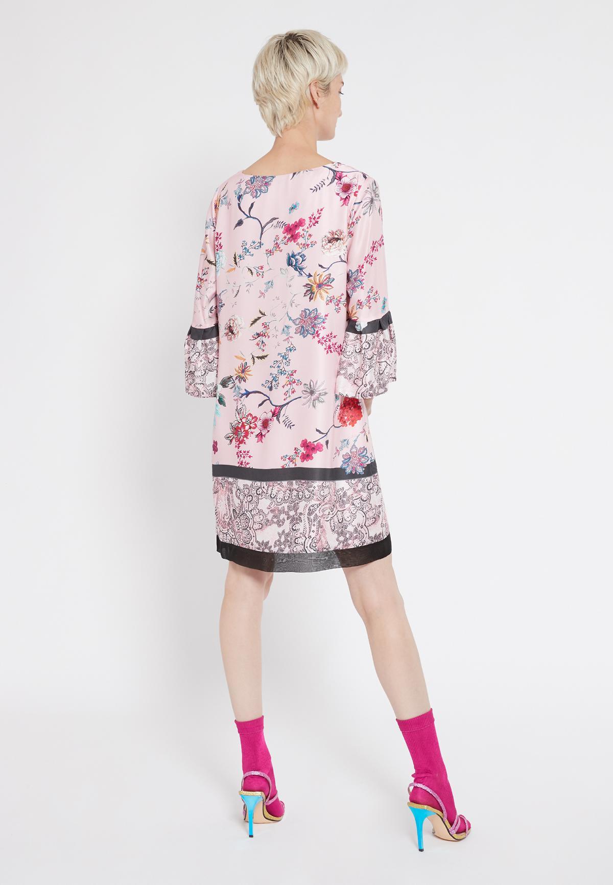 Rückansicht von Ana Alcazar Volantarm Kleid Sealys  angezogen an Model