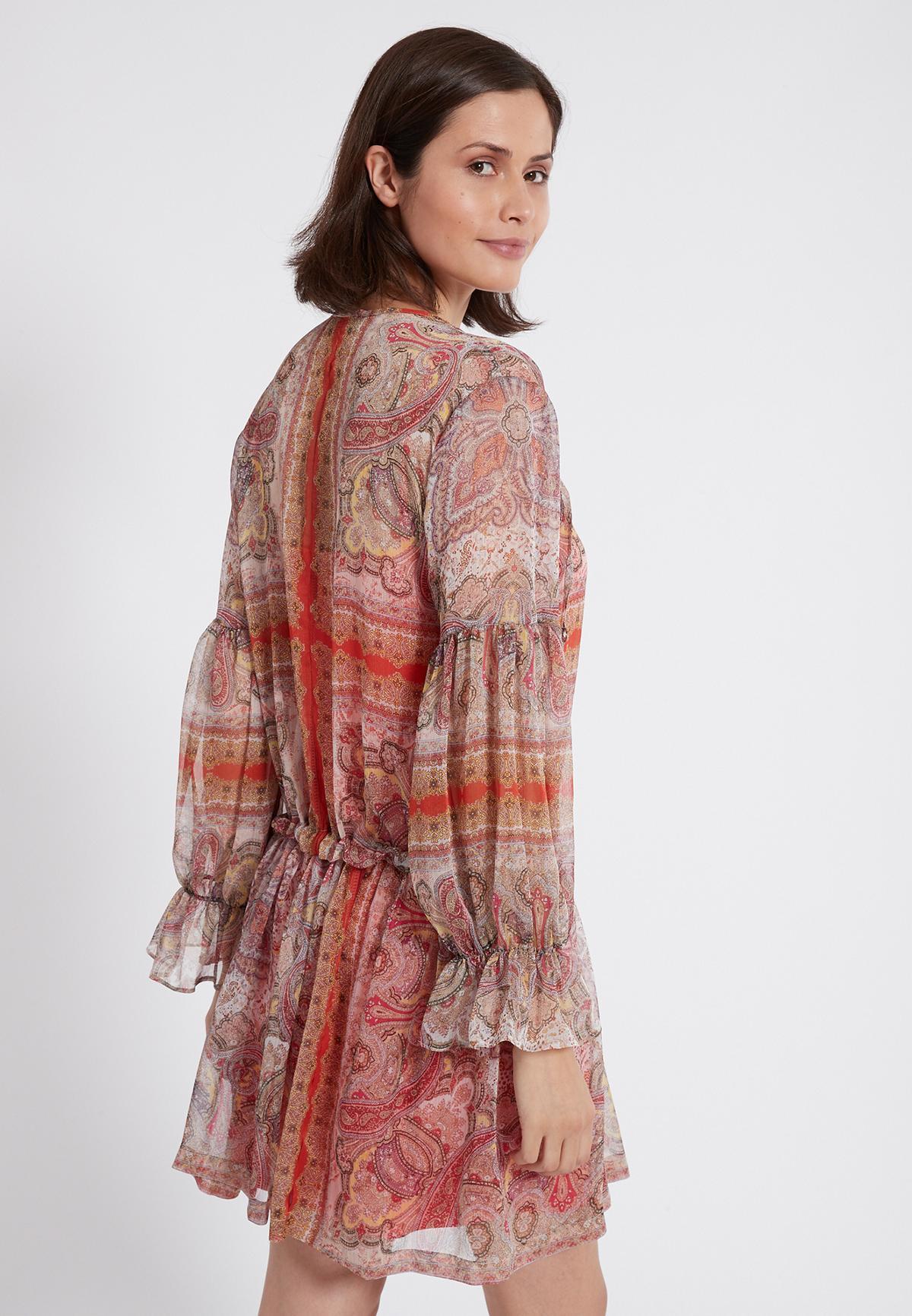 Rückansicht von Ana Alcazar Langarmkleid Semanti  angezogen an Model