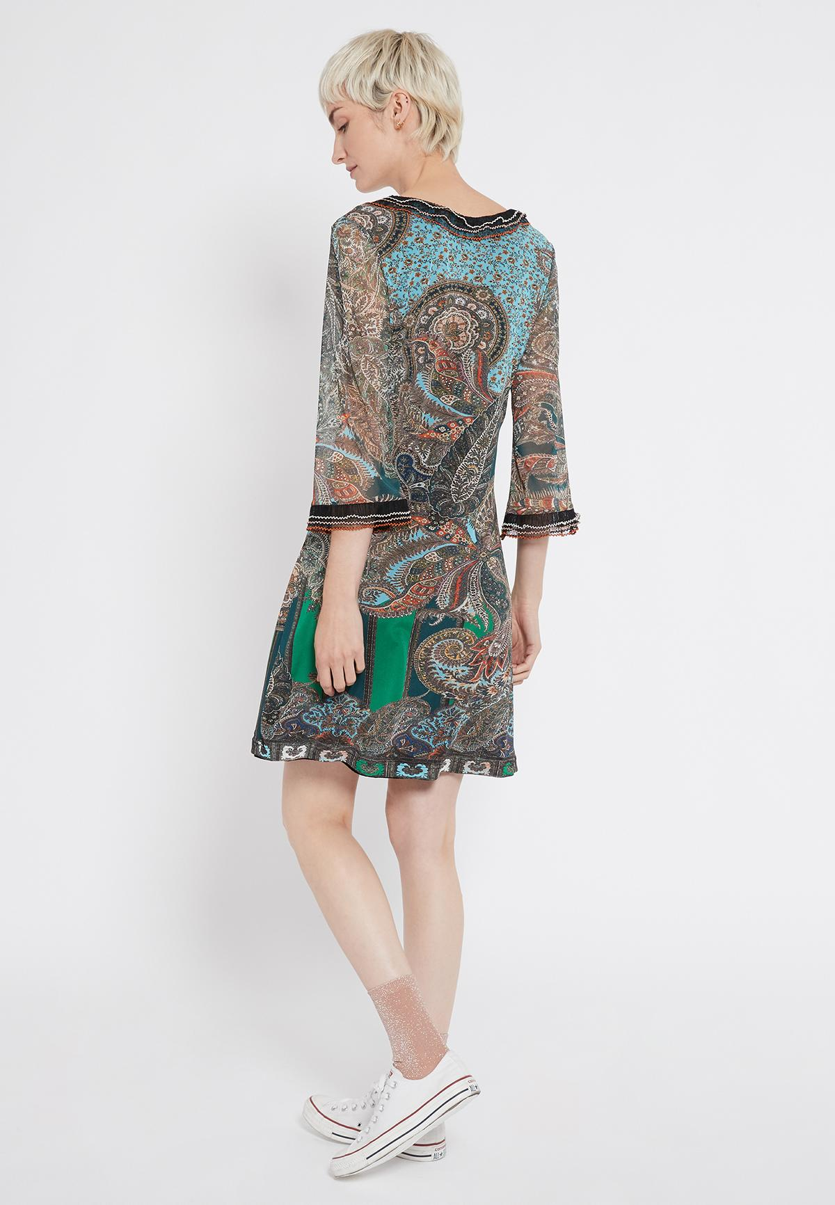Rückansicht von Ana Alcazar Rüschenkleid Shara  angezogen an Model