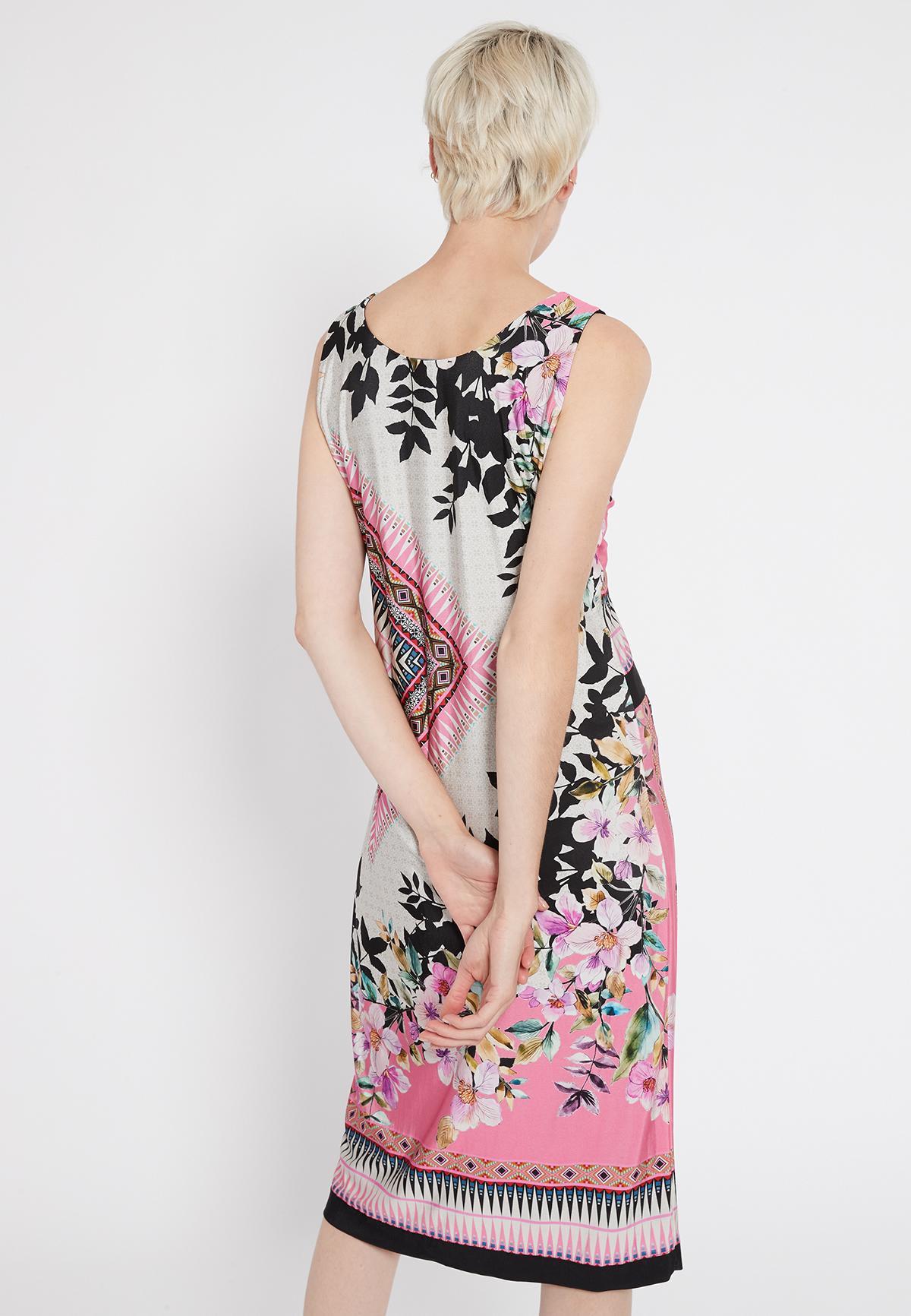 Rückansicht von Ana Alcazar Schlichtes Kleid Shenty  angezogen an Model